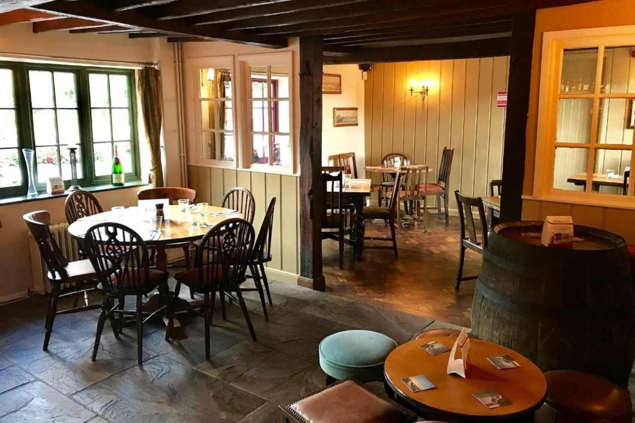 restaurant-tables-inside-the-chequers