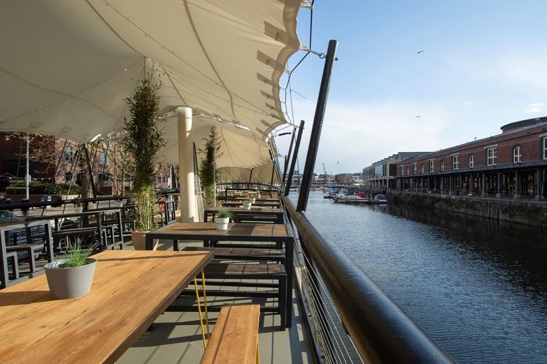 under-the-stars-bar-on-a-boat-rooftop-bars-bristol