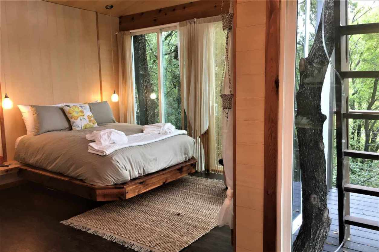 bedroom-inside-grandview-treetops-treehouse
