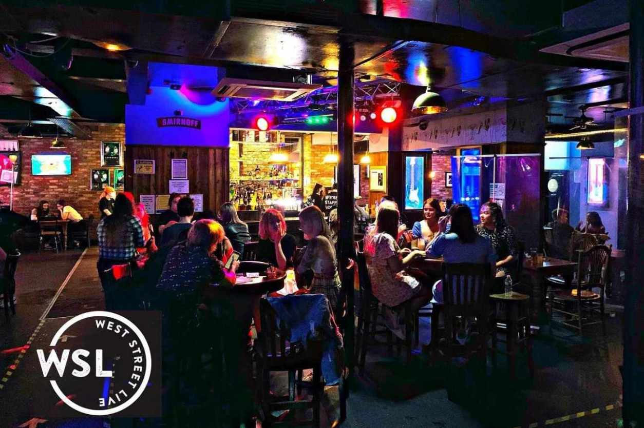 groups-of-friends-drinking-in-west-street-live-bar
