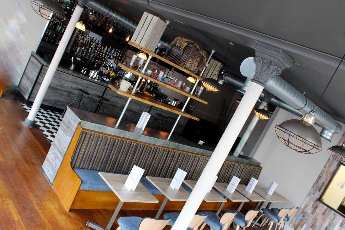 interior-of-suburb-SW11-bar-and-dining-with-restaurant-tables