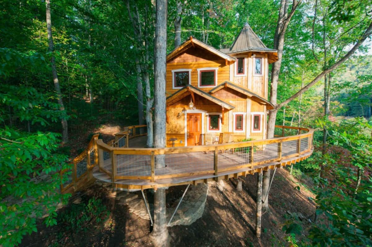 exterior-of-asheville-luxury-treehouse-rentals-nc