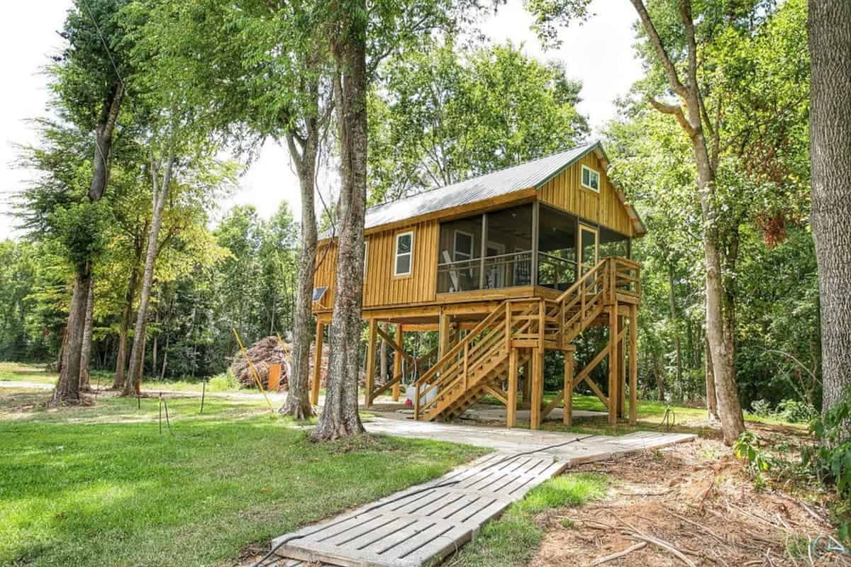 exterior-of-greenes-pond-treehouse-surrounded-by-trees