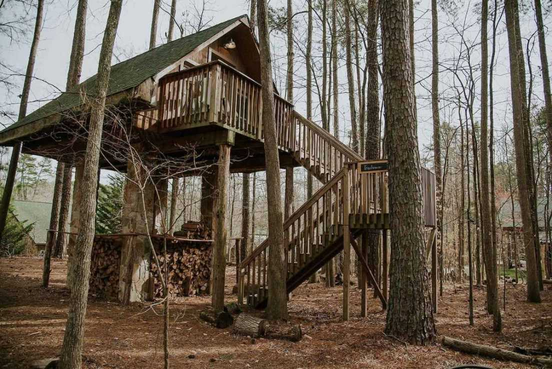 exterior-of-luxury-stone-and-timber-treehouse