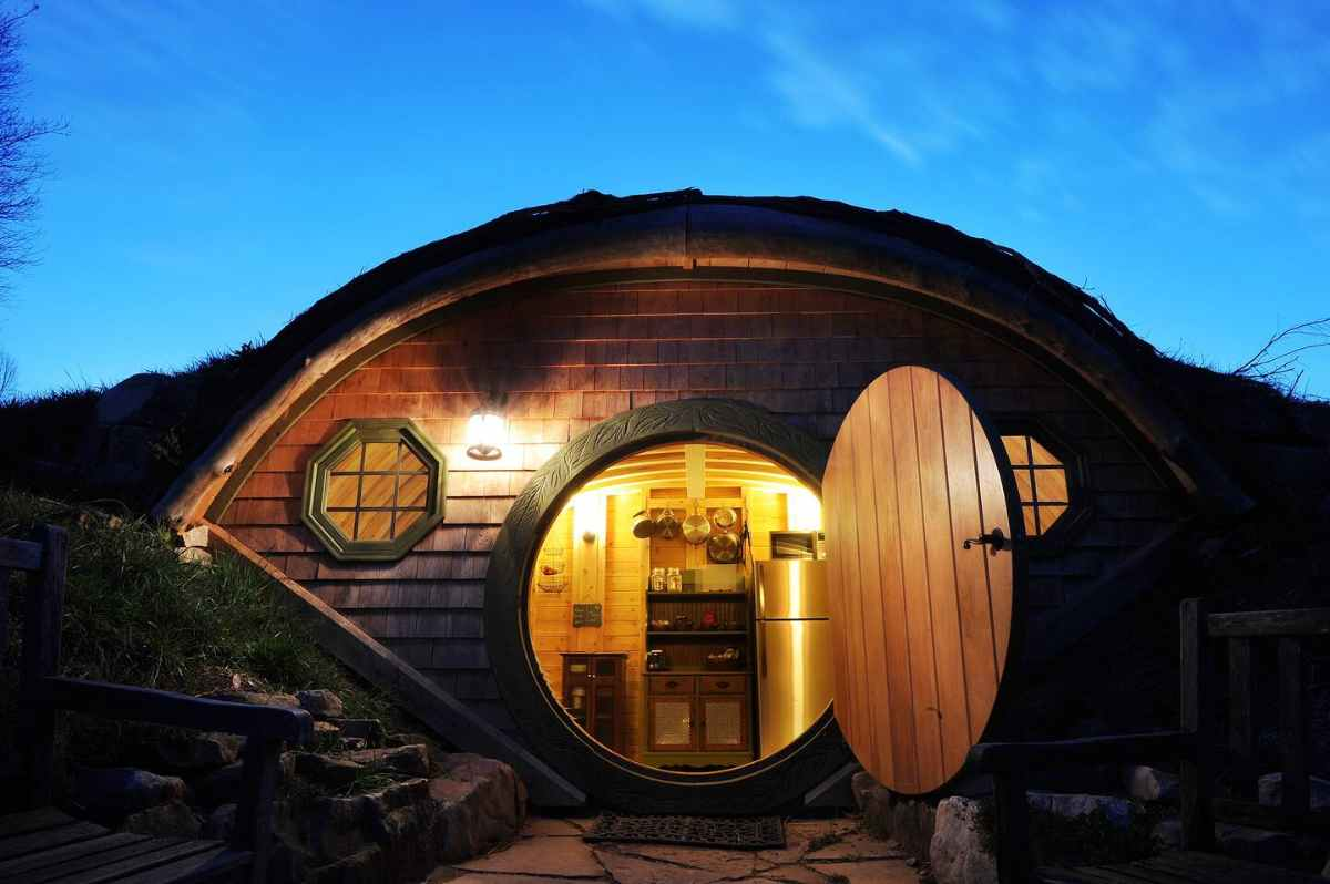 forest-gully-farms-hobbit-hole-lit-up-at-night-glamping-tennessee