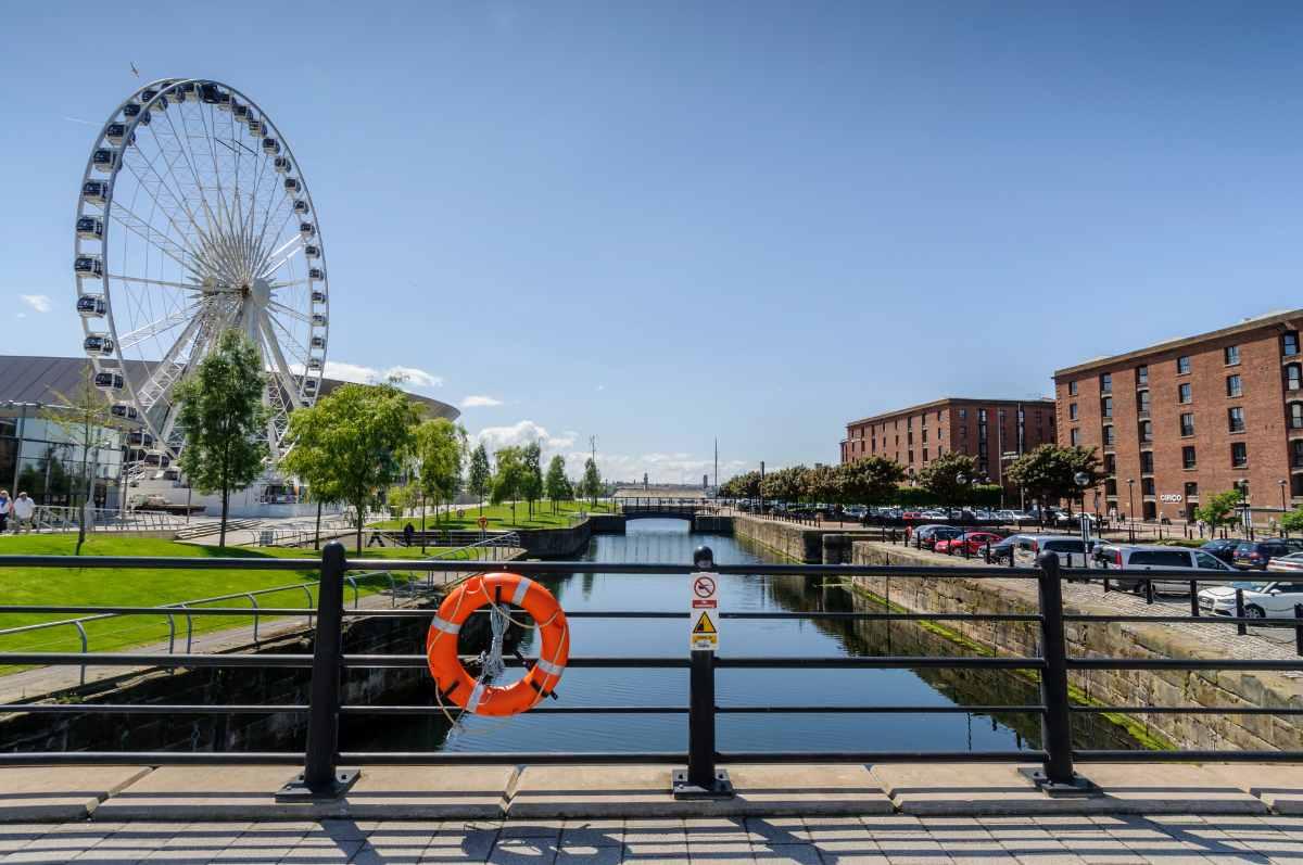 leeds-and-liverpool-canal-running-through-albert-dock