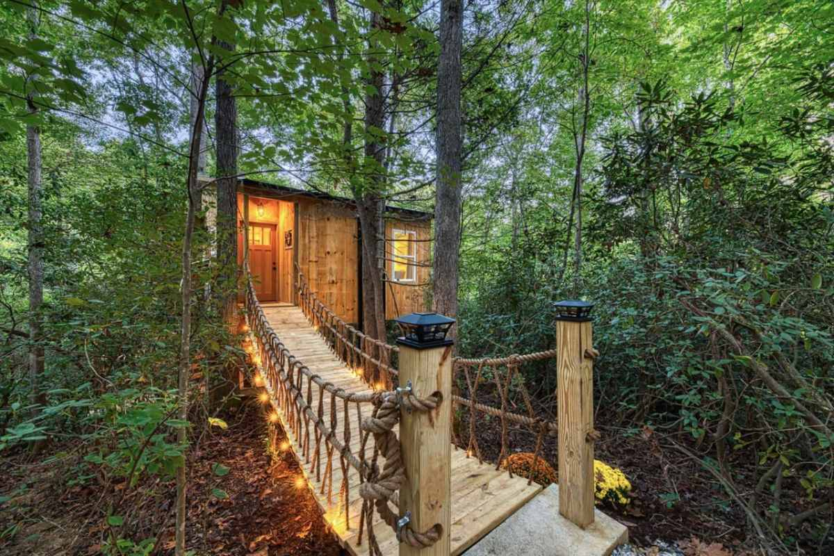 luxurious-secluded-romantic-treehouse-treehouse-rentals-nc