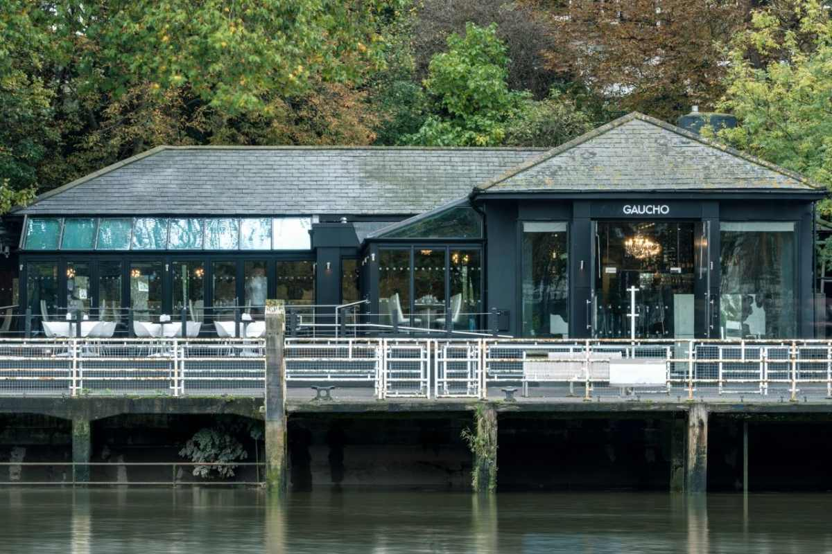 outdoor-seating-at-gaucho-restaurant-by-river