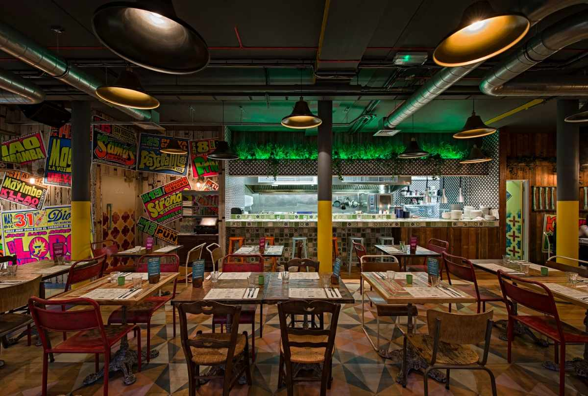restaurant-tables-and-kitchen-inside-senor-ceviche-in-carnaby