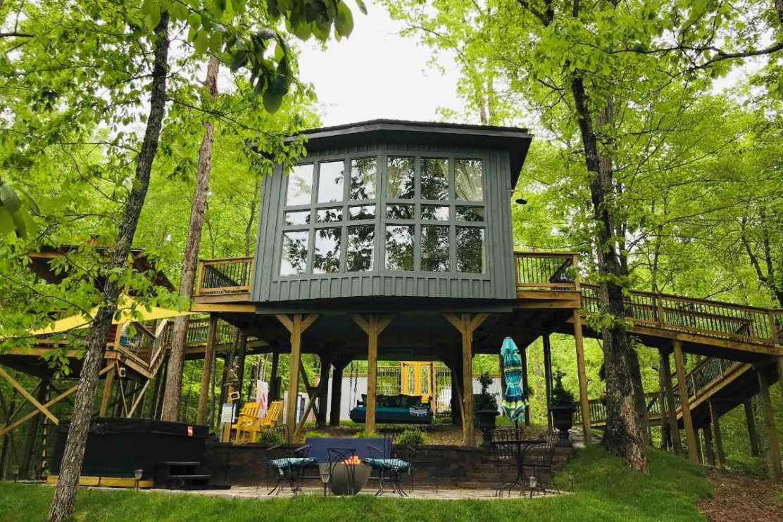 sulfur-ridge-treehouse-in-forest-glamping-tennessee