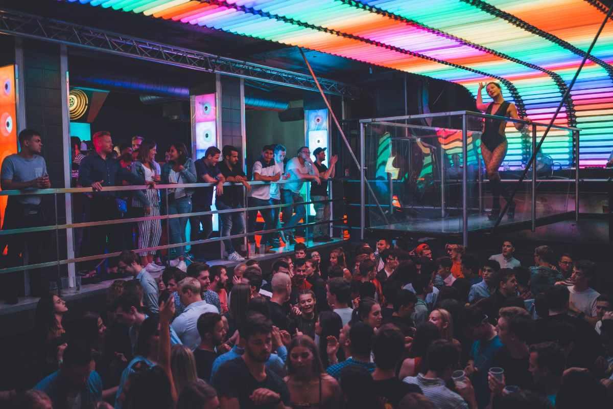 crowd-of-people-in-karlovy-lazne-night-club