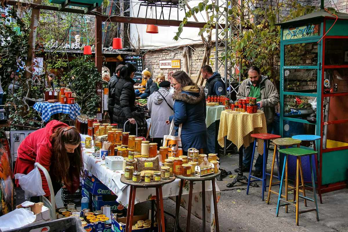 people-wandering-around-szimpla-farmers-market