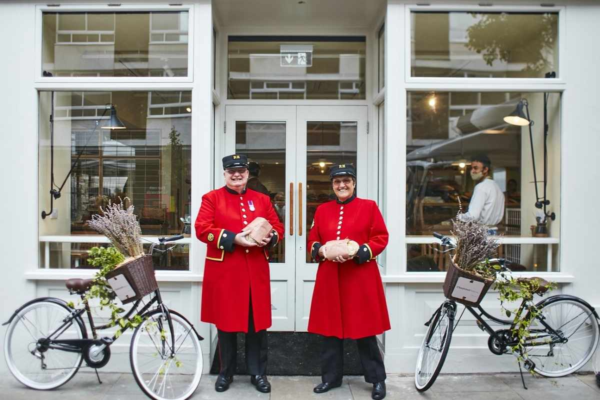 two-people-and-bikes-outside-chestnut-bakery-belgravia