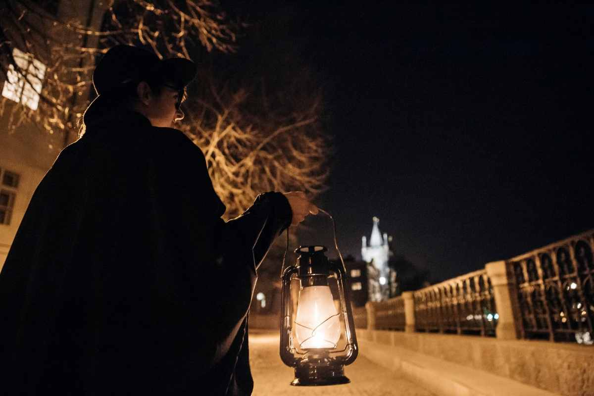 woman-carrying-lantern-on-mcgees-ghost-tours-of-prague