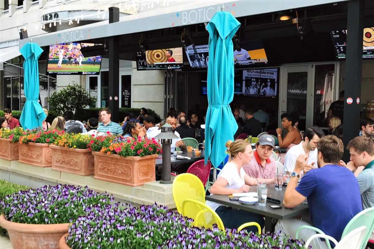 people-dining-outside-botica-restaurant