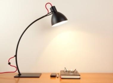 Für den Schreibtisch eignet sich eine Lampe mit Schwenkkopf. ©istock.com/ xxmmxx
