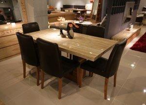 Das Wohnzimmer mit einem schönen Esstisch ausstatten