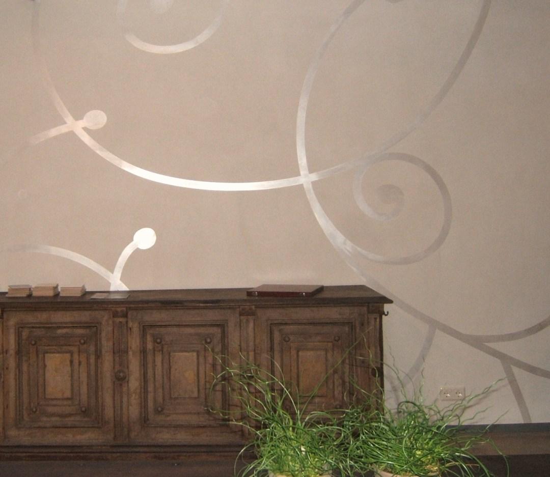 Eine Wand mit Schablonentechnik in unserem showroom in Bonn