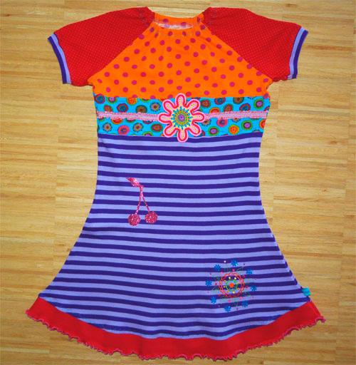 T-Shirt nähen für Mädchen nach dem Schnittmuster ZOE von farbenmix verziert mit Häkelblumen