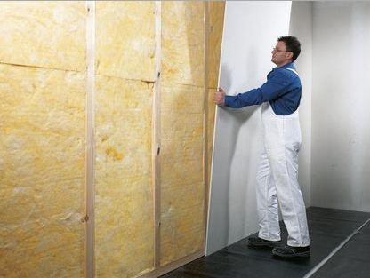 Vista del materiale isolante che riempie una parete con telaio di legno