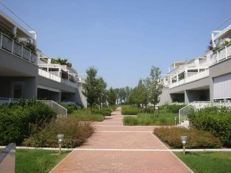 Complesso condominiale Green Park: ingresso e giardino