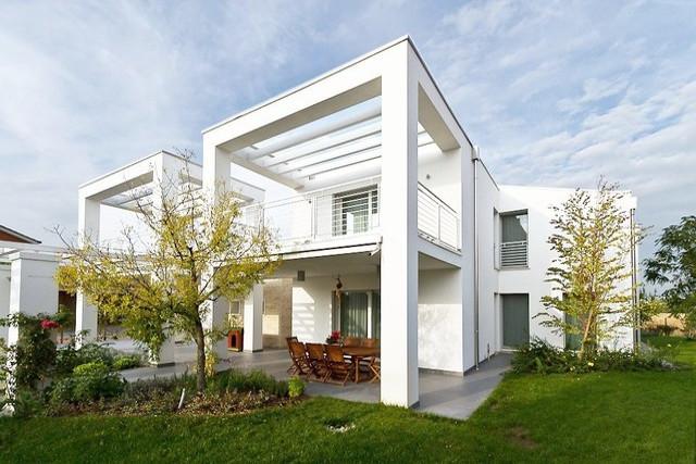 nuovo edificio in provincia di Padova: vista dal giardino sud-est con il portico e i due volumi della casa