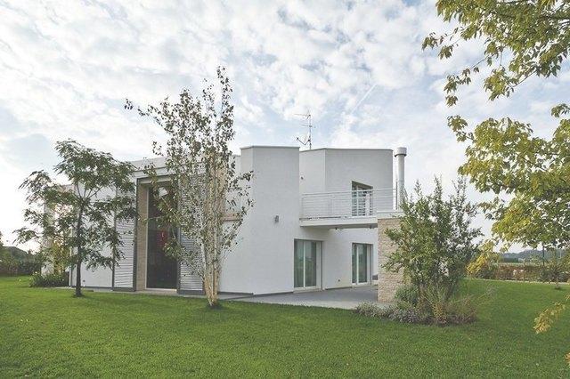 villa moderna in provincia di Padova: vista della vetrata doppia altezza dal giardino