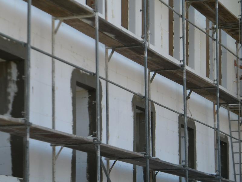 Esterno di un edificio in ristrutturazione dopo la posa del cappotto
