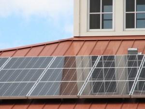 Tetto di un edificio con pannelli solari