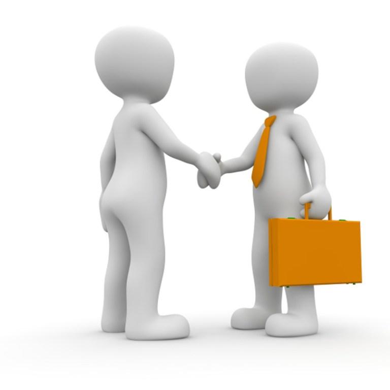 Due figure si danno la mano per un accordo d'affari