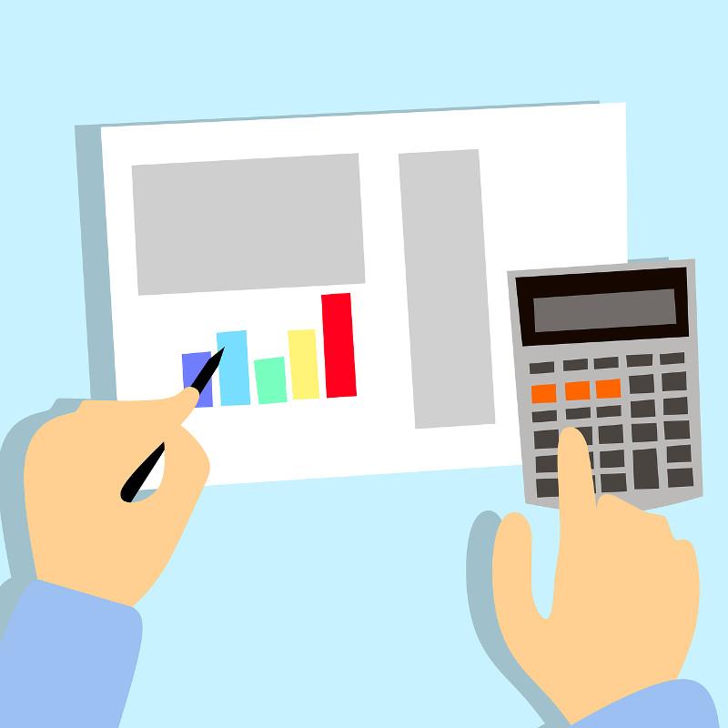 Una persona fa i calcoli con calcolatrice e grafici