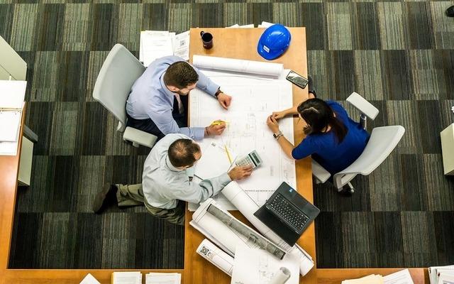 Team di professionisti valutano il progetto di ristrutturazione edilizia