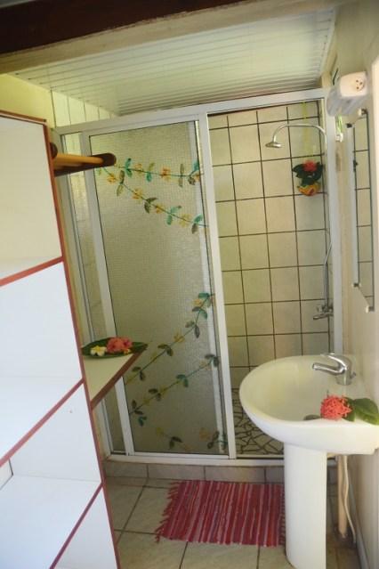 Petit bungalow : SDB lavabo, douche
