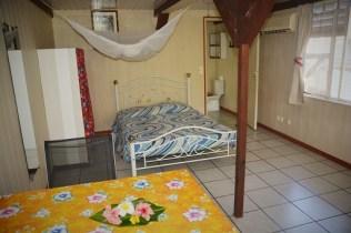 Petit bungalow : table à manger, lit double, canapé, armoire