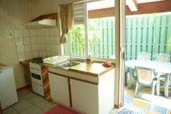 Grand bungalow : cuisine (réfrigérateur, évier (vaisselier équipé), four + 4 feux. Terrasse arrière.
