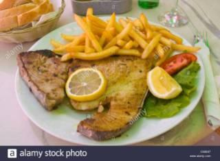 steak-de-thon-grille-avec-des-frites-