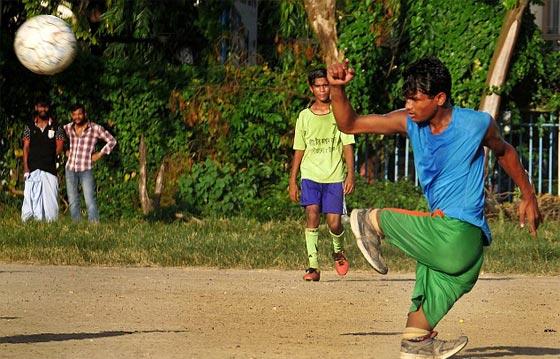 صورة رقم 2 - صور مذهلة: شاب بدون ساقين يلعب كرة قدم ويحلم بمنافسة رونالدو