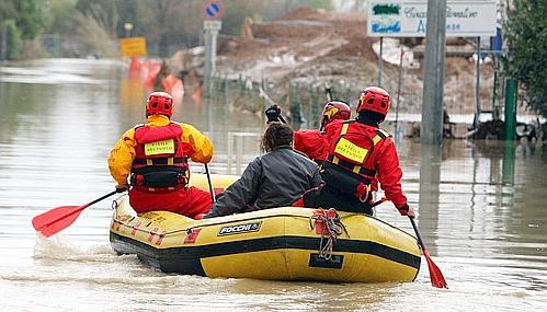esondazione fiume magra: vigili del fuoco soccorrono alcune persone
