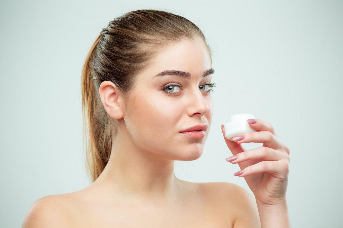 Crema idratante, la soluzione per prendersi cura della pelle secca in estate