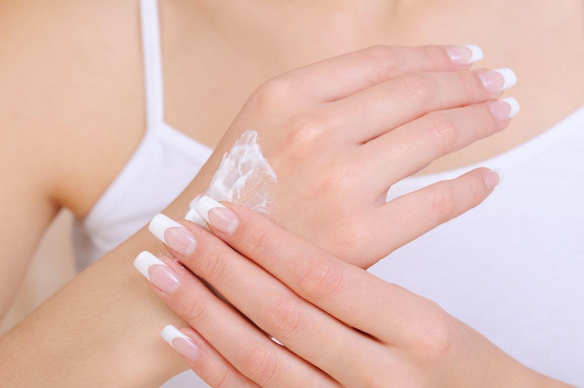 Mani secche e screpolate? Le soluzioni per avere la pelle morbida anche in inverno