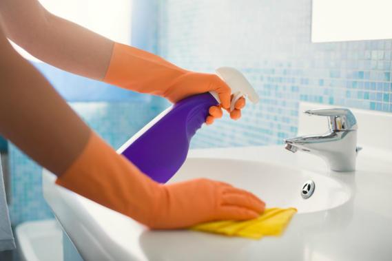Cleaning-Bathroom-Sink