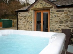 Luxury hot tub holiday cottage in wales