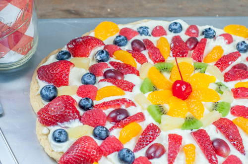 Easy Fruit Pizza made with sugar cookie dough, cream cheese, fresh fruit - great for picnics, snacks and pitch-ins from Farmwife Feeds