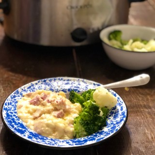 Crock Pot Creamy Scalloped Potatoes and Ham from Farmwife Feeds is a super easy meal that can use leftover ham or fresh diced ham. #crockpot #ham #recipe