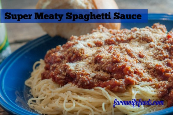 Super Meaty Spaghetti Sauce from Farmwife Feeds is a freezer friendly big batch make ahead recipe #recipe #spaghetti #groundbeef