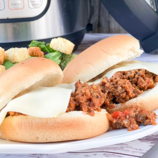 Instant Pot Pizza Sloppy Joes from Farmwife Feeds is a quick easy to customize dinner to get on the table quick! #pizza #instantpot #recipe