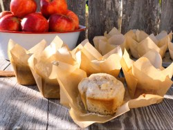 Easy Homemade Apple Muffins from Farmwife Feeds are a hearty muffin with lots of apple chunks, perfect for breakfast or snacks on the go. #apples #muffins #recipe