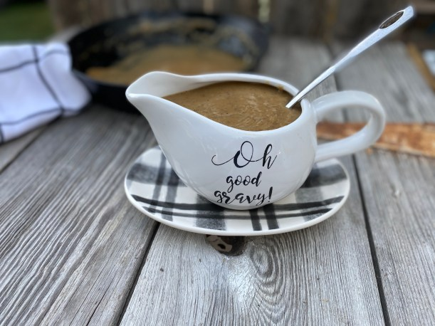 Easy Beef Gravy from Scratch by Farmwife Feeds is rich thick gravy made with 4 ingredients that you most likely have on hand. #beef #gravy #homemade #easy