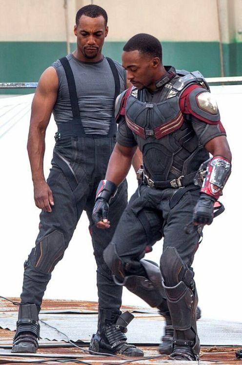 Atores da Marvel e seus dublês - Falcão de Anthony Mackie & Aaron Toney - Blog Farofeiros