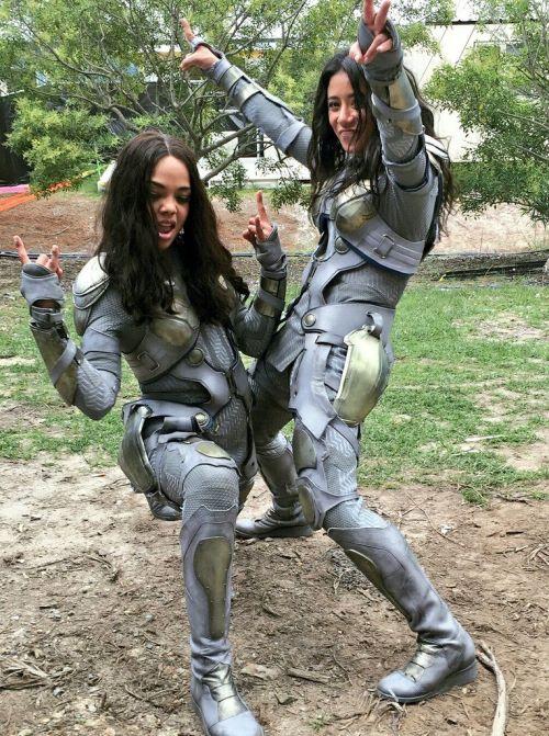 Atores da Marvel e seus dublês - Valquíria de Tessa Thompson & Tara Macken - Blog Farofeiros